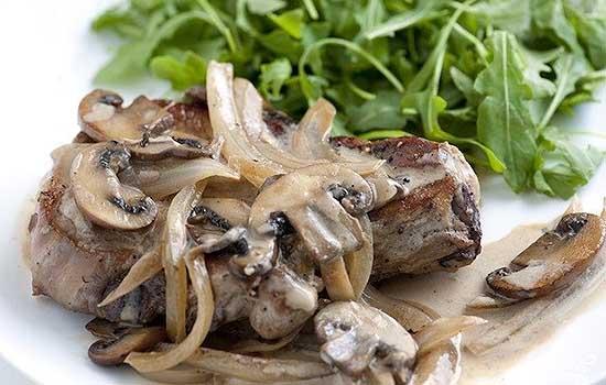 Говядина под грибным соусом