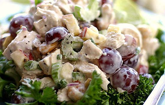 Салат с авокадо, виноградом и курицей