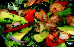 Салат с креветками, авокадо и базиликом