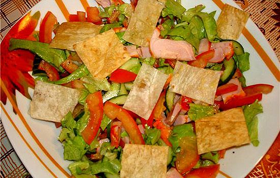 Салат с курицей, манго и чипсами