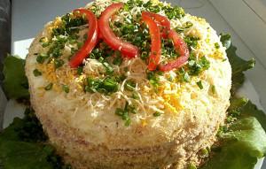 Салат торт с курицей и овощами