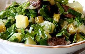 Салат с сельдью и сухариками