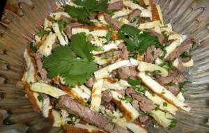 Салат со свининой и омлетом