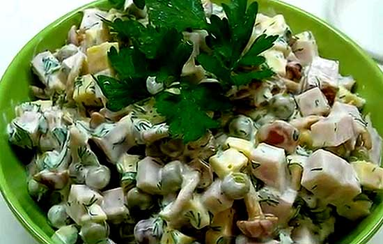 Салат с ветчиной и консервированным горошком