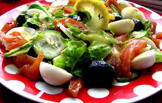 Салат с красной рыбой, сладким перцем и огурцами