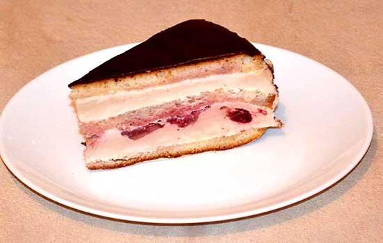 Торт с творожным суфле и шоколадной глазурью