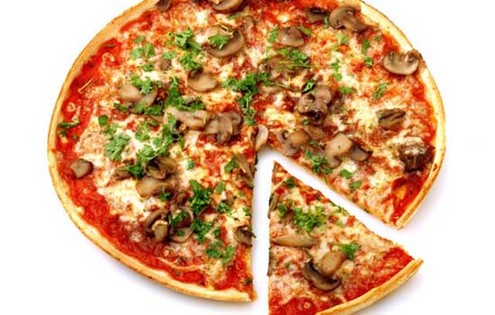 Пицца с копченой колбасой, грибами и оливками