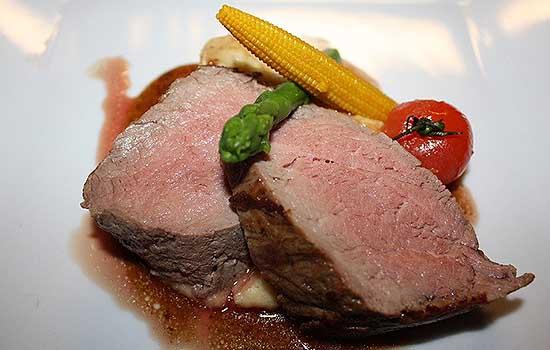 Отварная говядина с томатным соусом