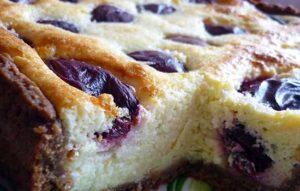 Открытый пирог со сливами и рисом