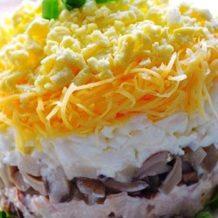 Салат с отварной говядиной, маринованными грибами и колбасным сыром