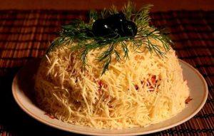 Салат с кальмарами, крабовыми палочками и твердым сыром