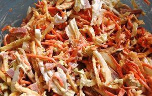 Салат с пекинской капустой, куриным филе и блинчиками