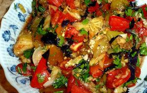 Салат овощной с баклажанами